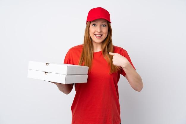Pizza-lieferfrau, die eine pizza über isolierter rosa wand mit überraschendem gesichtsausdruck hält