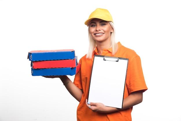 Pizza-lieferfrau, die pizza und notizbuch auf weißem hintergrund hält. hochwertiges foto