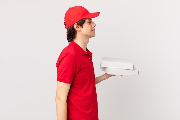 Pizza liefern mann auf profilansicht denken, imaginieren oder träumen