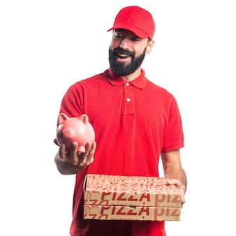 Pizza lieferung mann hält ein sparschwein