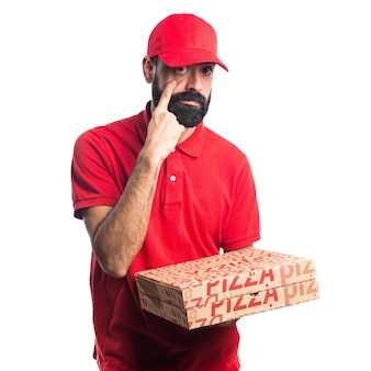 Pizza lieferung mann zeigt etwas