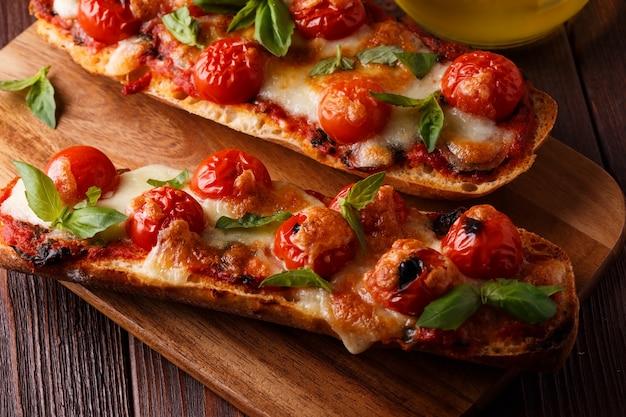 Pizza margarita auf holztisch