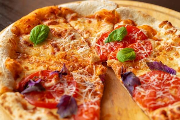 Pizza margherita auf holzbrett hautnah