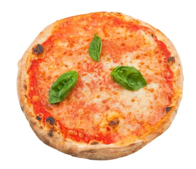 Pizza margherita auf weißem hintergrund