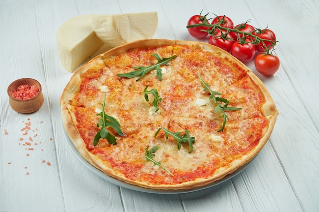 Pizza mit 4 käsesorten auf weißem hölzernem hintergrund