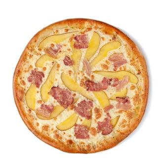 Pizza mit birne, speck und mozzarella-käse. von oben betrachten. weißer hintergrund. isoliert.