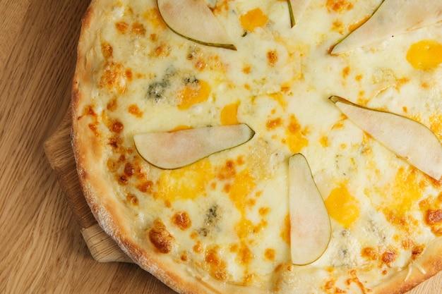 Pizza mit birne und gorgonzola-käse. draufsicht