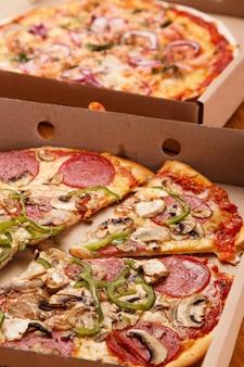 Pizza mit champignons und peperoni