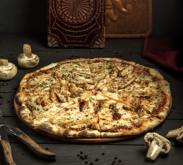 Pizza mit champignons und sesam