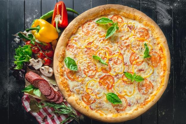 Pizza mit champignons, wurst