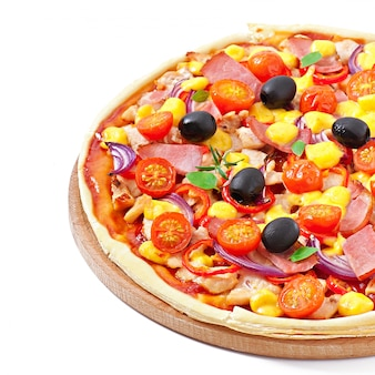 Pizza mit dem gemüse, huhn, schinken und oliven getrennt auf weiß