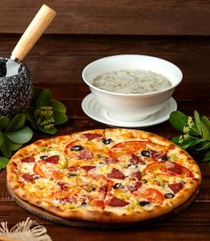 Pizza mit dovga auf dem tisch