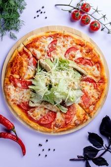 Pizza mit extra käse und kräutern