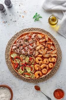 Pizza mit fleisch und garnelen