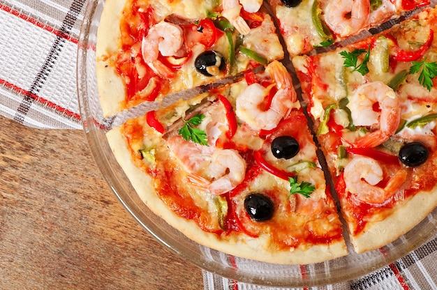Pizza mit garnelen, lachs und oliven