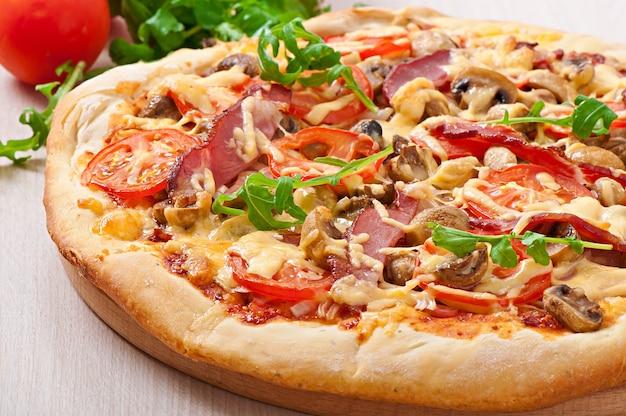 Pizza mit gemüse und schinken