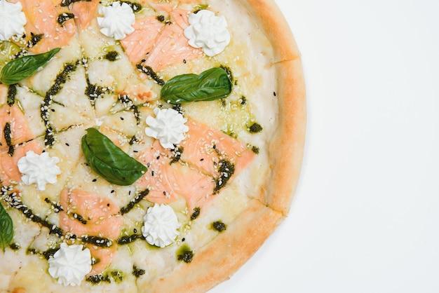 Pizza mit geräuchertem lachs isoliert auf weißem hintergrund - italienische küche