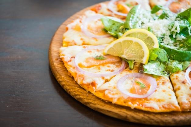 Pizza mit geräuchertem lachs