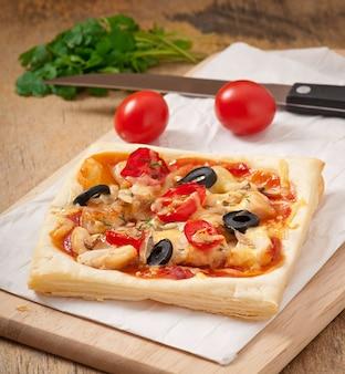 Pizza mit hühnchen, tomaten und pilzen