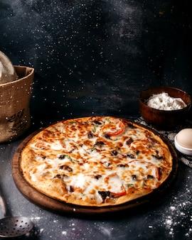 Pizza mit käse auf der braunen holzoberfläche auf der hellen oberfläche