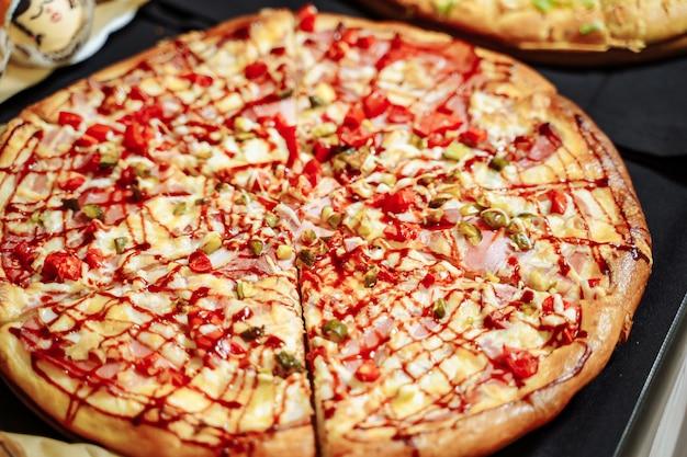 Pizza mit käse, schinken, speck und peperoni
