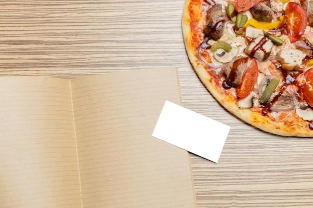 Pizza mit leerem papier
