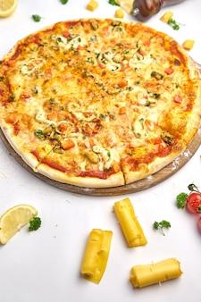 Pizza mit meeresfrüchten und pilzen