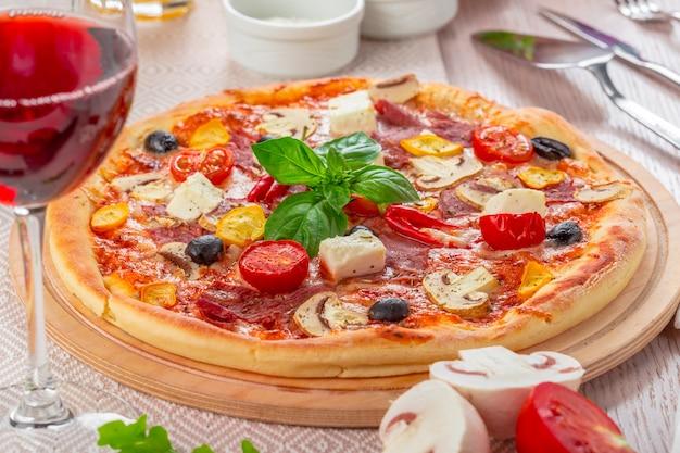 Pizza mit mozzarella und cherry tomatoes