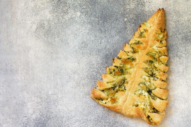 Pizza mit mozzarella und spinat auf einem grauen tischplattenhintergrund draufsicht flach kopieren raum