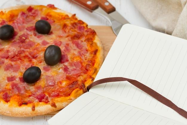 Pizza mit notebook