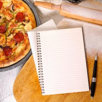 Pizza mit notizbuch