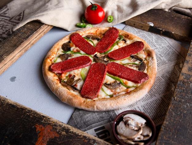Pizza mit peperoni und pilzen