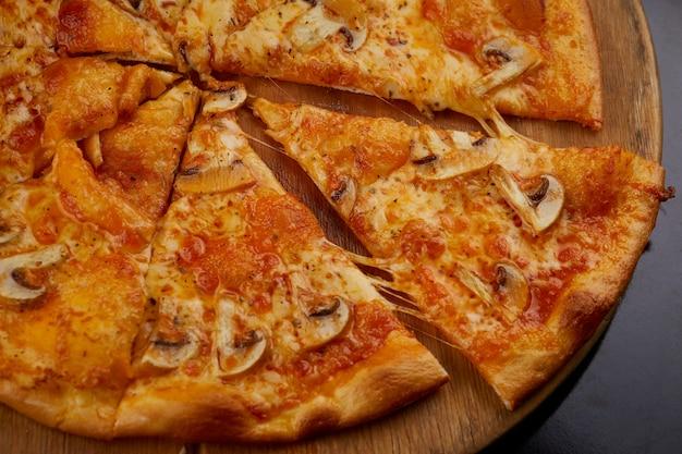 Pizza mit pilz