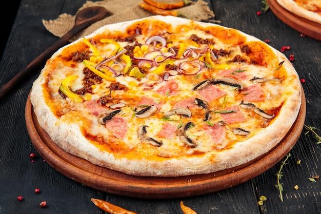 Pizza mit pilzen schinken paprika und zwiebeln