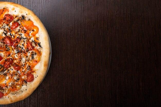 Pizza mit pilzen und gemüse und pilzen. für jeden zweck.