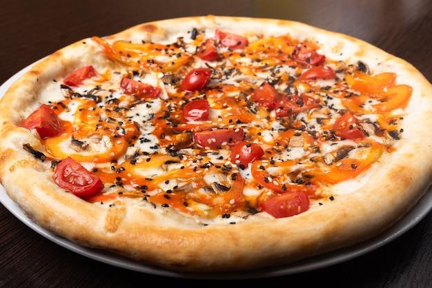 Pizza mit pilzen und gemüse und pilzen. nahaufnahme für jeden zweck.