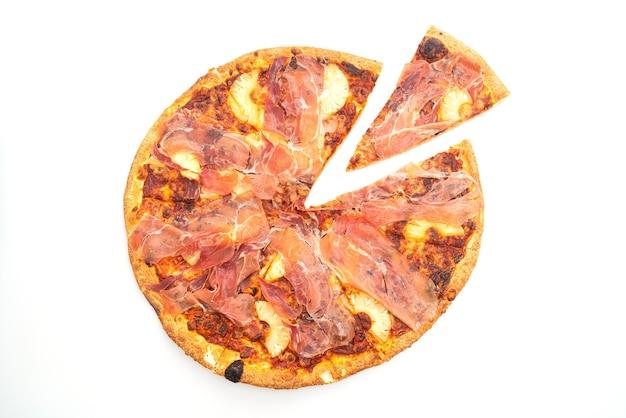 Pizza mit prosciutto oder parmaschinken pizza isoliert auf weißem hintergrund