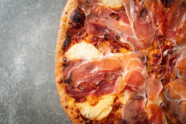 Pizza mit prosciutto oder parmaschinken pizza - italienische küche