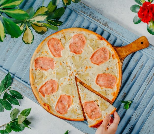 Pizza mit pute und käse