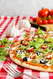 Pizza mit rucola und knoblauch