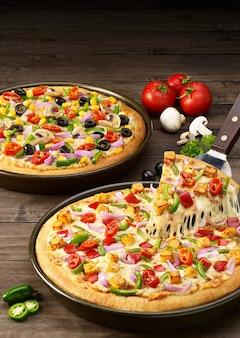 Pizza mit salami und käse