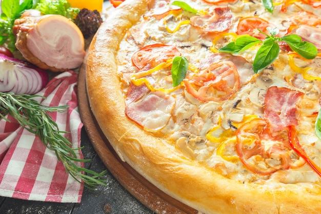 Pizza mit schinken und basilikum