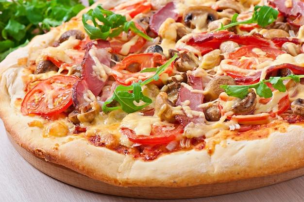 Pizza mit schinken und gemüse