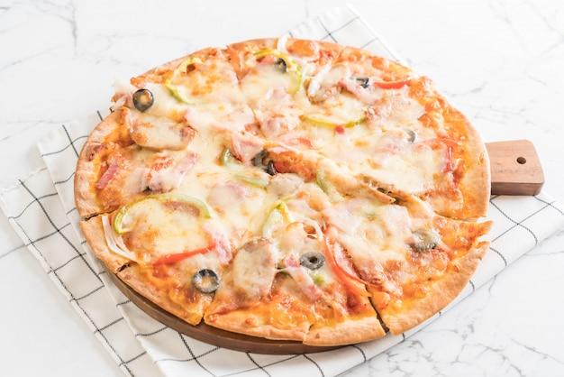 Pizza mit schinken und wurst