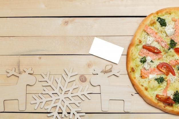 Pizza mit schneeflockendekoration, winterpizza
