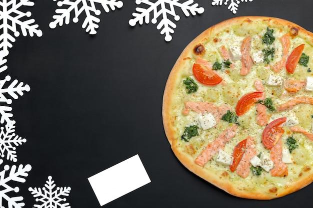 Pizza mit schneeflockendekoration. winterpizza