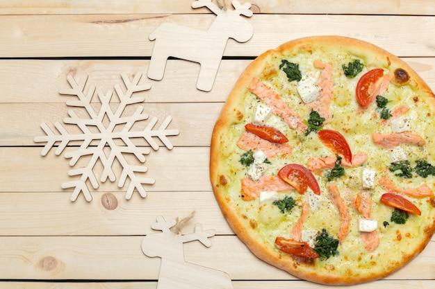 Pizza mit schneeflockendekoration.