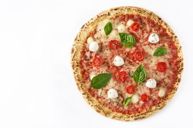 Pizza mit tomaten, käse und basilikum lokalisiert auf weiß, draufsicht, kopienraum