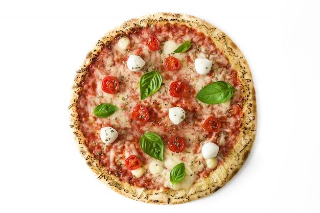Pizza mit tomaten, käse und basilikum lokalisiert auf weißer draufsicht