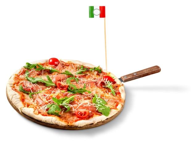 Pizza mit tomaten, käse und basilikum und einer italienischen flagge